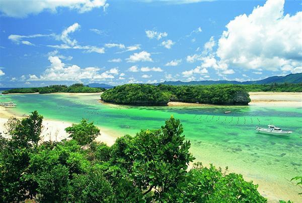 石垣島を代表する景勝地、川平湾の風景