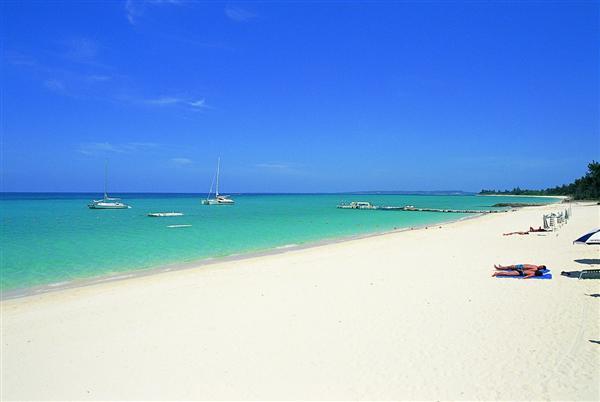 与那覇前浜の白砂ビーチは「東洋一の美しさ」と言われる