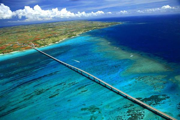 宮古島の紺碧の海に一直線に延びる来間大橋