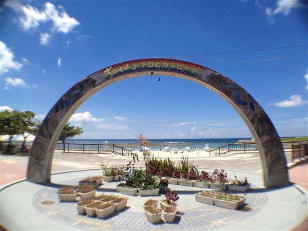 白砂のビーチのむこうに真っ青な海と空が広がるトロピカルビーチ