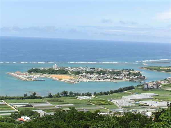 国道331号側から望む奥武島の遠景。周囲2キロ弱の小さな島