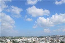 嘉数高台公園展望台からの風景。住宅街の真ん中に普天間飛行場