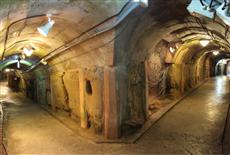 旧海軍司令部壕地下通路の様子。全長450メートルもある