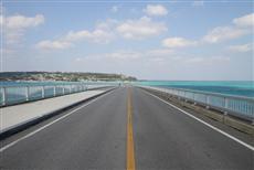 エメラルドグリーンの海に真っ直ぐ伸びる古宇利大橋