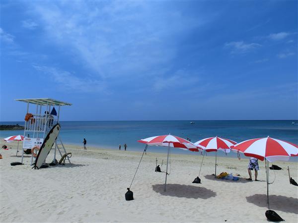 残波岬のすぐ横に位置する残波ビーチ。