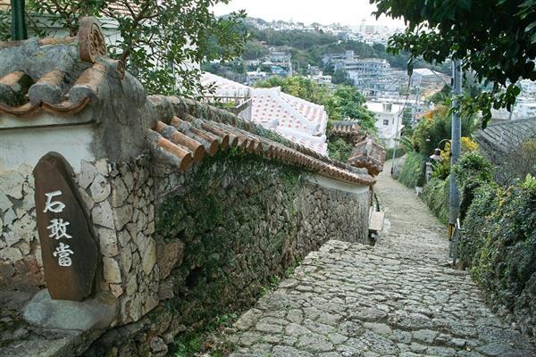 古の首里の面影が感じられる金城町石畳道の風景