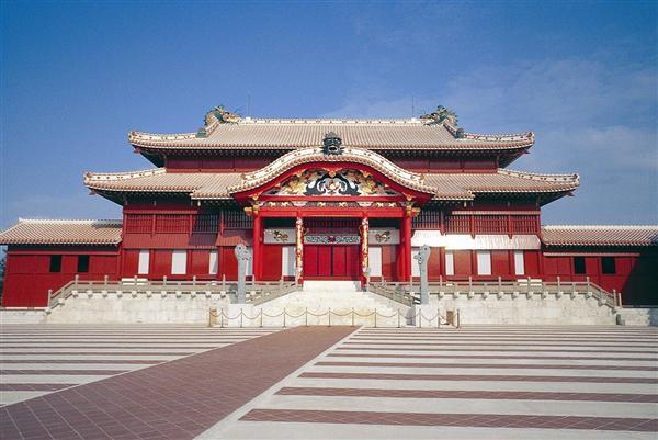 御庭の先にそびえる首里城正殿。琉球王国のシンボルだ