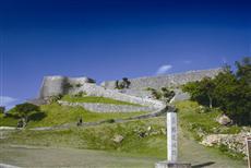 勝連城跡へと続く道。最高部の一の曲輪からは金武湾から知念半島