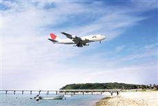 瀬長島上空を通過する飛行機。迫力満点の景観だ。