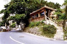 壷屋やちむん通りには古い沖縄の香りが残る(写真提供/那覇市)