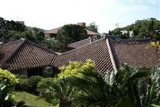 国の重要文化財、中村家住宅の赤瓦の屋根(写真/黒田史夫)