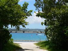 浜比嘉ビーチ、対岸には与勝半島が見える。