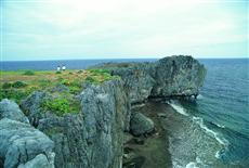 サンゴ質の断崖が切り立つ本島最北端の辺戸岬