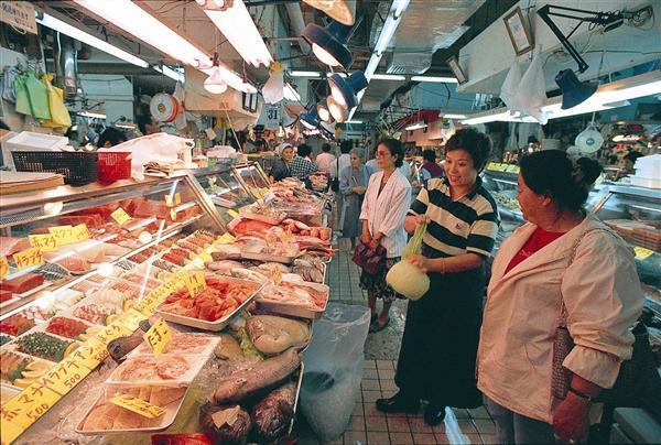 牧志公設市場の鮮魚コーナーには色鮮やかな珍しい魚が並ぶ