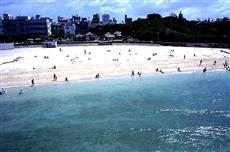 那覇の住宅街に位置する波の上ビーチ