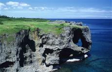 象の鼻のような形をした岩が特徴の万座毛