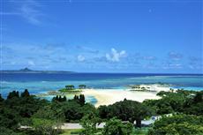 海の向こうに伊江島を望む、エメラルドビーチの眺望。