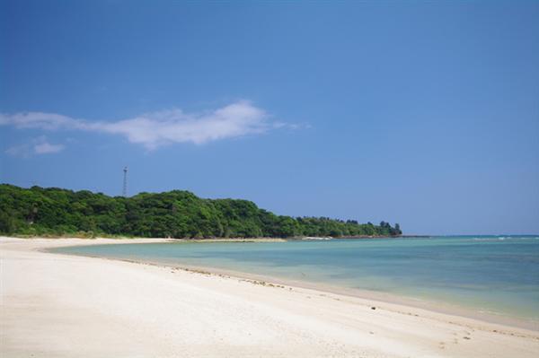 漢那ビーチは施設など何もない自然の浜辺