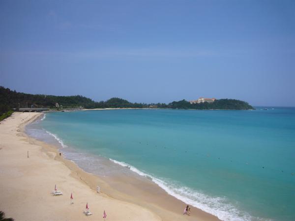 長い海岸線が特徴の天然ビーチ