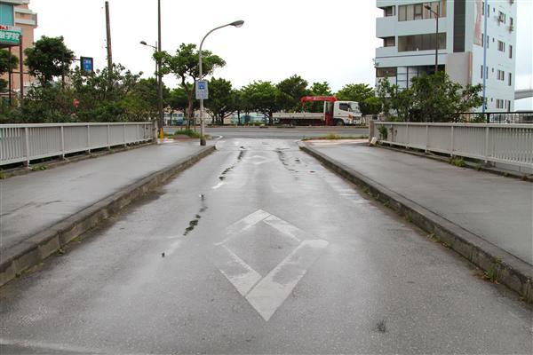 道路にはでこぼこも多く、水たまりもできやすい