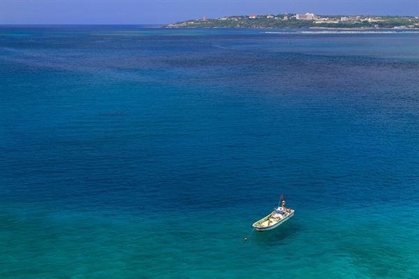 瀬底大橋の上から、東シナ海の絶景を独り占め