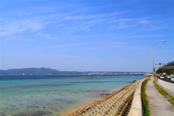 名護市の入口、許田の手前から望む名護湾のグラデーション