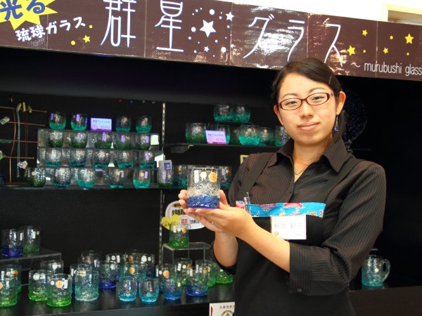 人気No.1の群星グラスを手にする柳岡さん
