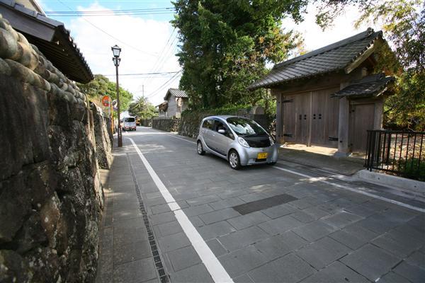 街中や狭い道では、歩行者に注意